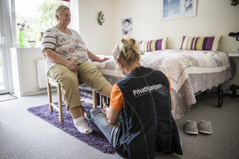 borger får hjælp til personlig pleje af medarbejder fra Privathjælpen